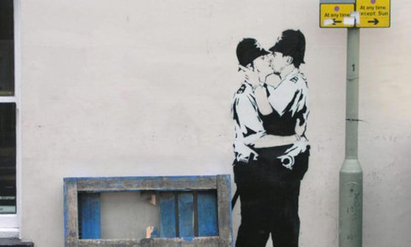 banksy całujący się policjanci